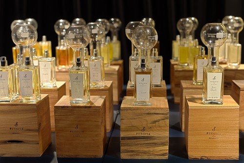Fragrances ordered by families (woody, sweet, hot and spicy) and ready to be tasted for customers.